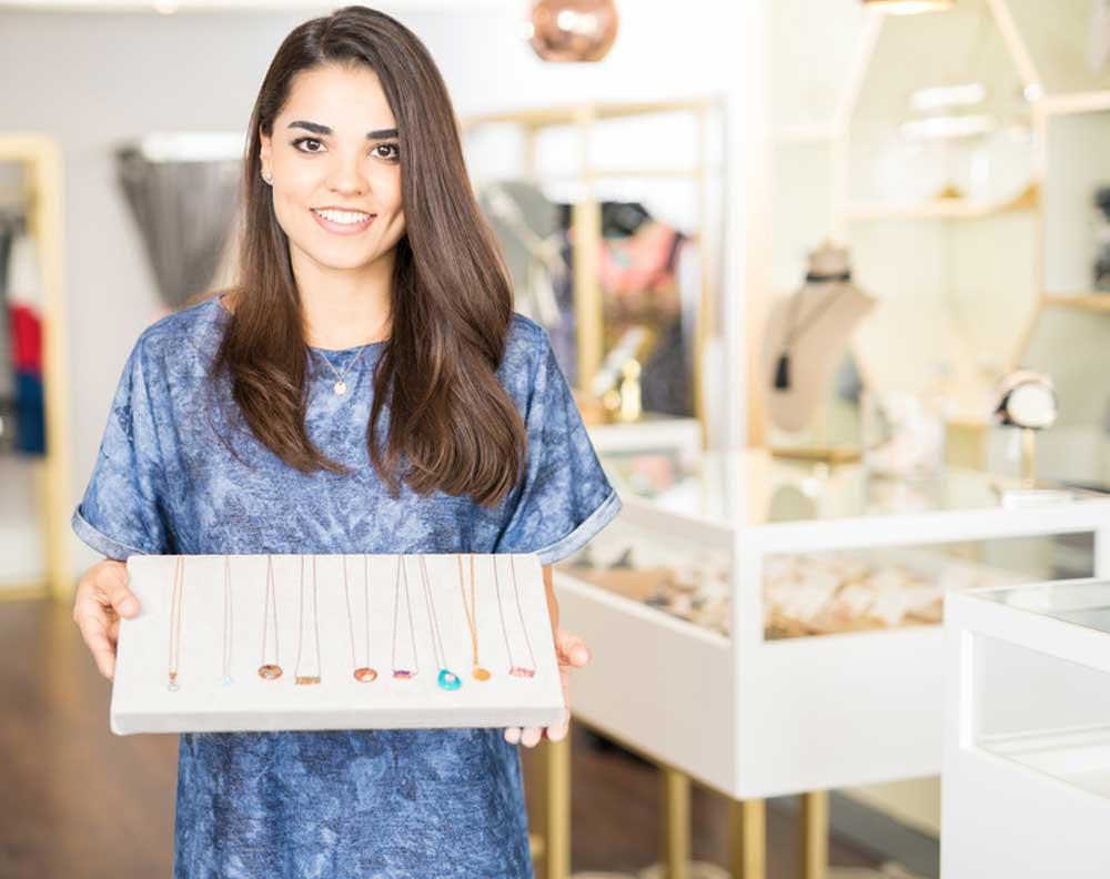 Mujer joven emprendedora financiando su pyme por primera vez