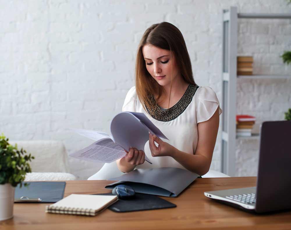 Joven emprendedora actualizando el plan de negocio para su pyme